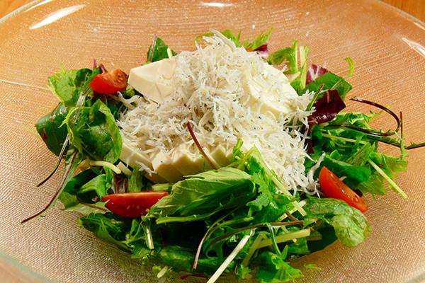 豆腐とベビーリーフの青しそサラダ
